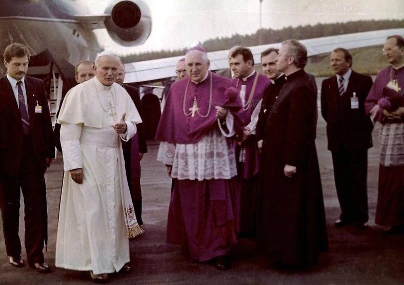Pope_John_Paul_II_11_06_1987_01edited