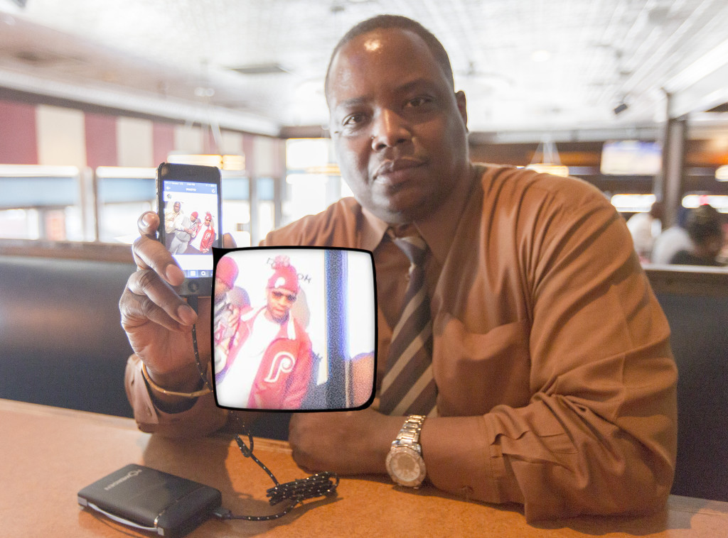 Tim Hampton, associate general manager of the TGI Fridays frequented by Allen Iverson, poses with a recent photo he took with the former Sixers star while sitting at Iverson's booth at the restaurant.