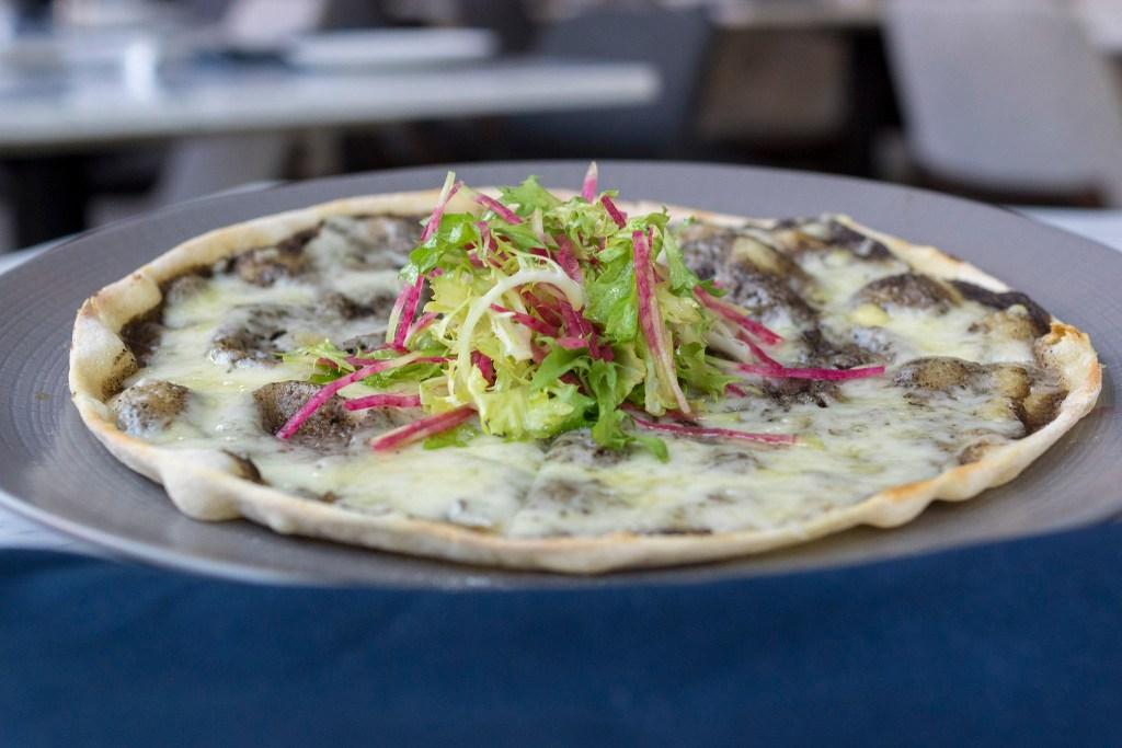 'Pizza noir' at Maison 208