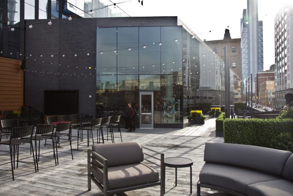The new Giant food store in Center City, Philadelphia, has a terrace for diners. (Kimberly Paynter/WHYY)