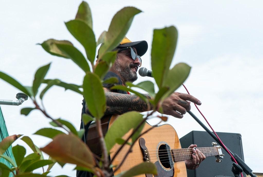 Brendan Kelly Laura Jane Grace and Brendan Kelly performing an acoustic show at Four Seasons Total Landscaping in Philadelphia, PA on 8/21/21.[DANIELLA HEMINGHAUS for Billy Penn]